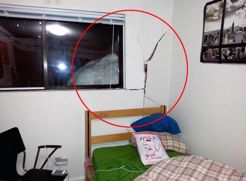 美国两名大学生堆1米巨型雪球砸毁宿舍