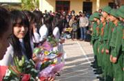 越南新兵入伍美女排队献花送礼