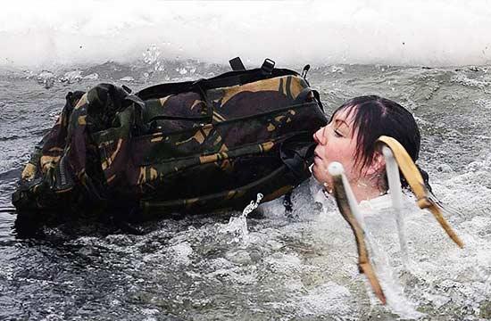 英军彪悍女兵跳入冰水武装泅渡