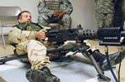 美国大兵打重机枪姿势很特别