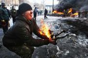 乌克兰示威者用燃烧瓶猛攻警察