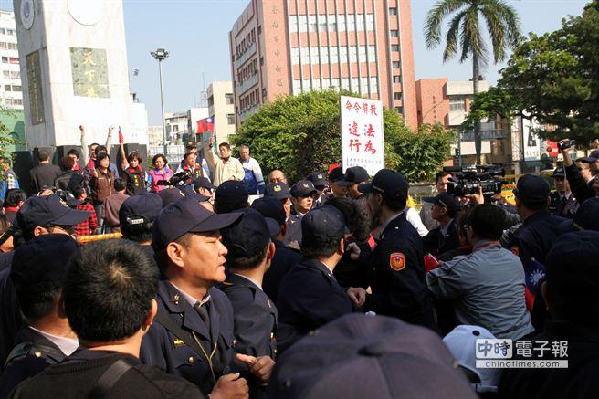 国民党抗议孙中山铜像被拉倒 与警察爆冲突(图)