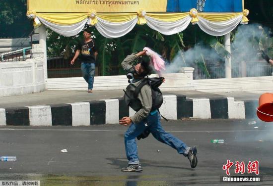 泰国反政府示威者遭攻击致3人死 英拉表示谴责