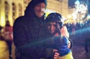 乌克兰女抗议者与防暴警察相爱