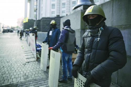 乌克兰临时政府官员24日宣称通缉原总统亚努科维奇,图为基辅示威者守卫在基辅政府大楼外。