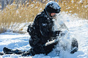 新疆特战女兵在雪地里相互搏杀