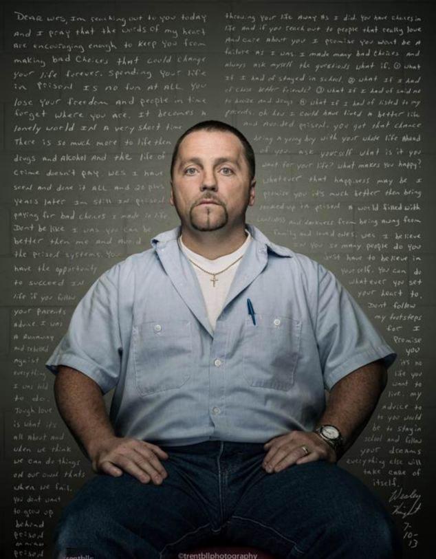 摄影师以忏悔信为背景拍囚犯特写