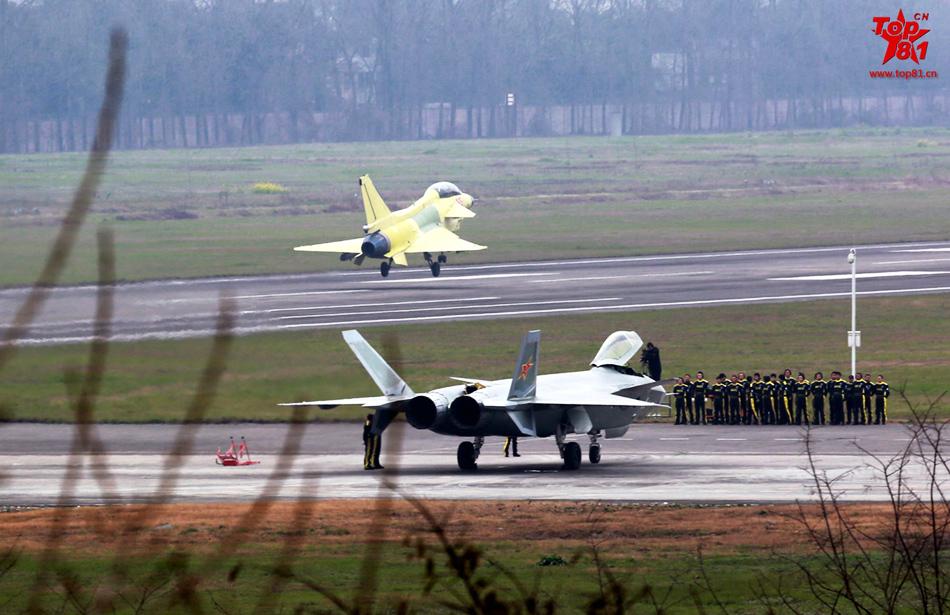 新版歼20战机成功首飞 有望2016年批量生产