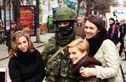 乌克兰美女热情与俄军大兵合影