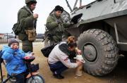 乌克兰当地民众给俄军端茶送水