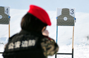 新疆武警女特战队员枪法神准