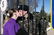 基地遭围 乌克兰军属隔墙探亲