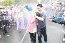"""东莞二月二""""卖身节"""" 市民湿身狂欢"""