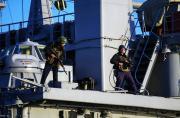 乌克兰海军士兵持枪守卫战舰