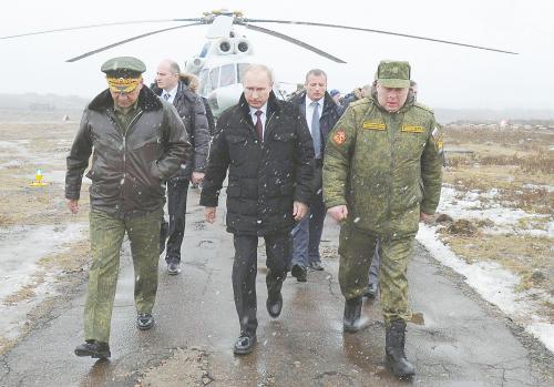 俄总统普京3日来到俄西北部列宁格勒州,观摩西部军区战备水平突击检查的最后阶段演习。