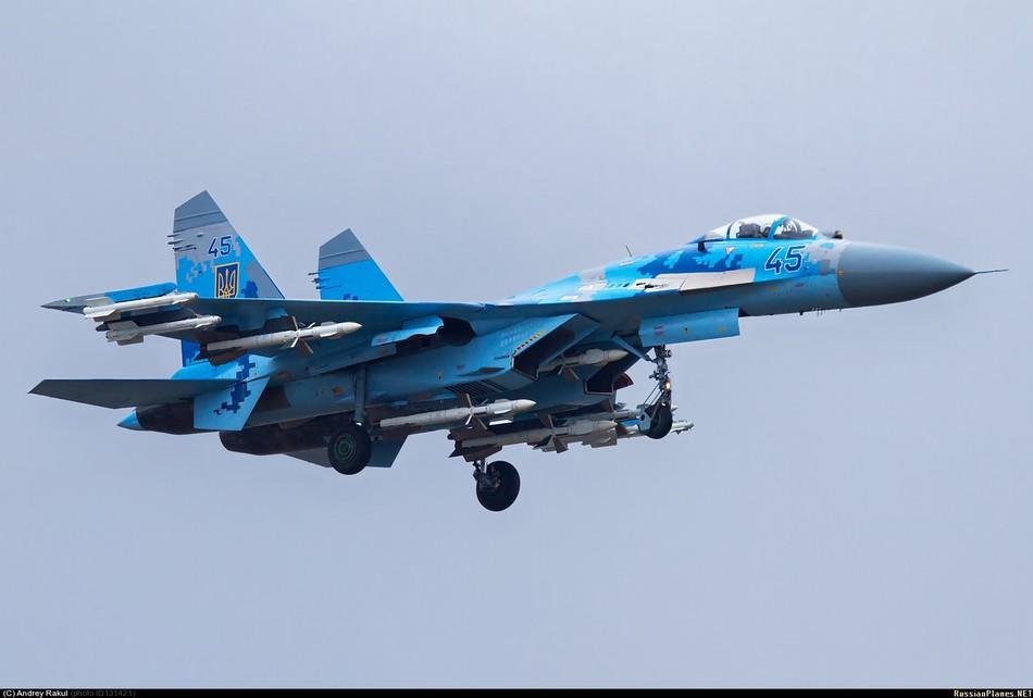 乌克兰苏-27战机满挂武器出击