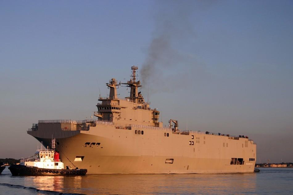 俄军西北风级两栖巨舰驶离港口