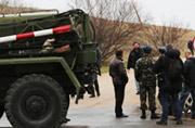 乌克兰士兵被不明武装分子拦截