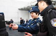 解放军空军女兵到特警队学打枪