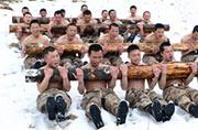 西藏解放军太强大卧雪抬圆木