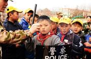 青岛小学生得武警传授护身术