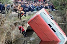 四川一中巴车撞护栏坠湖 已捞起6名遇难者