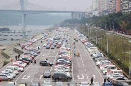 """四川泸州""""飞机跑道""""停车场成景点"""