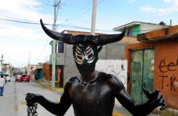 墨西哥举办狂欢节 民众涂油漆扮鬼要钱