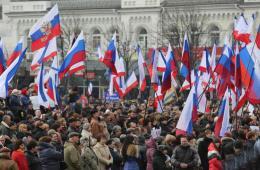 克里米亚民众街头举俄国旗支持加入俄罗斯