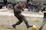 乌克兰士兵在俄军身旁淡定踢球