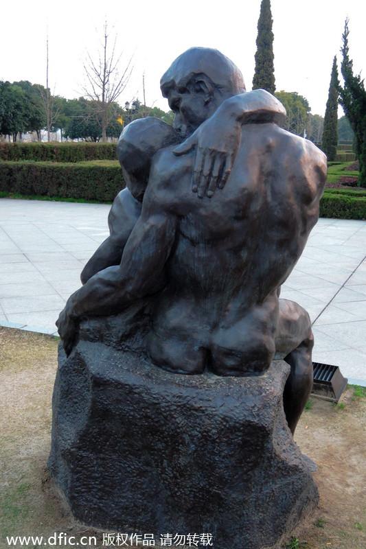 武汉江滩现男女拥抱激吻雕塑