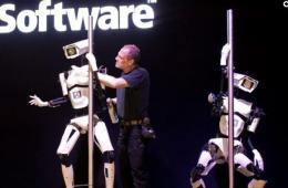 组图:钢管舞机器人亮相德国汉诺国际电脑展