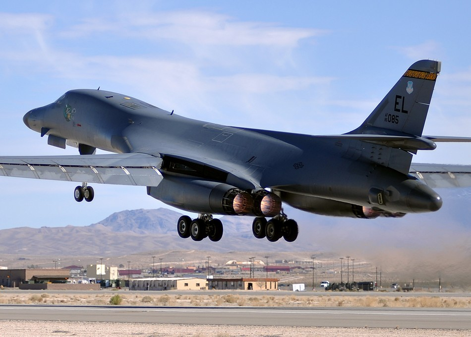"""大批尖端武器出现""""中国制造""""美军高度紧张_军事_环球网 B1 Lancer Supersonic"""