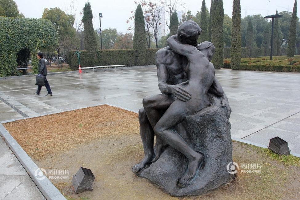 公园男女拥吻照片