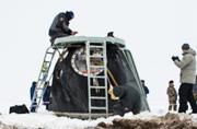 冰天雪地中俄太空飞船成功着陆