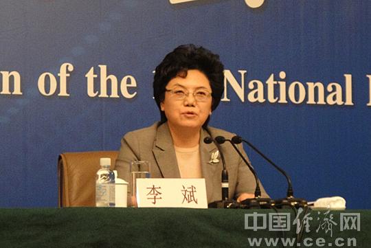 亮相2014两会记者会的中国经济网记者图片
