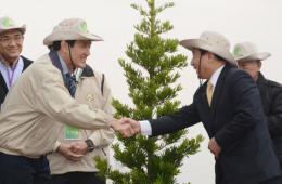 马英九参加植树活动 与王金平上演亲切互动
