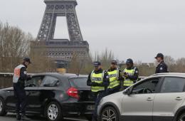 法国巴黎采取单双号限行政策 应对雾霾天气