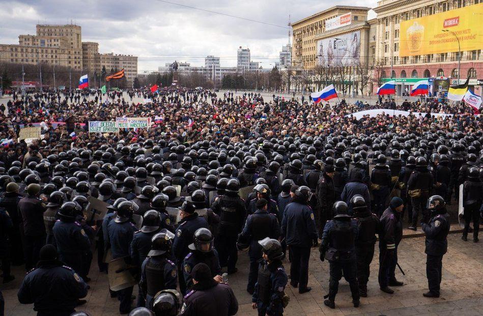 乌克兰爆发亲俄游行 民众托起巨型俄罗斯国旗
