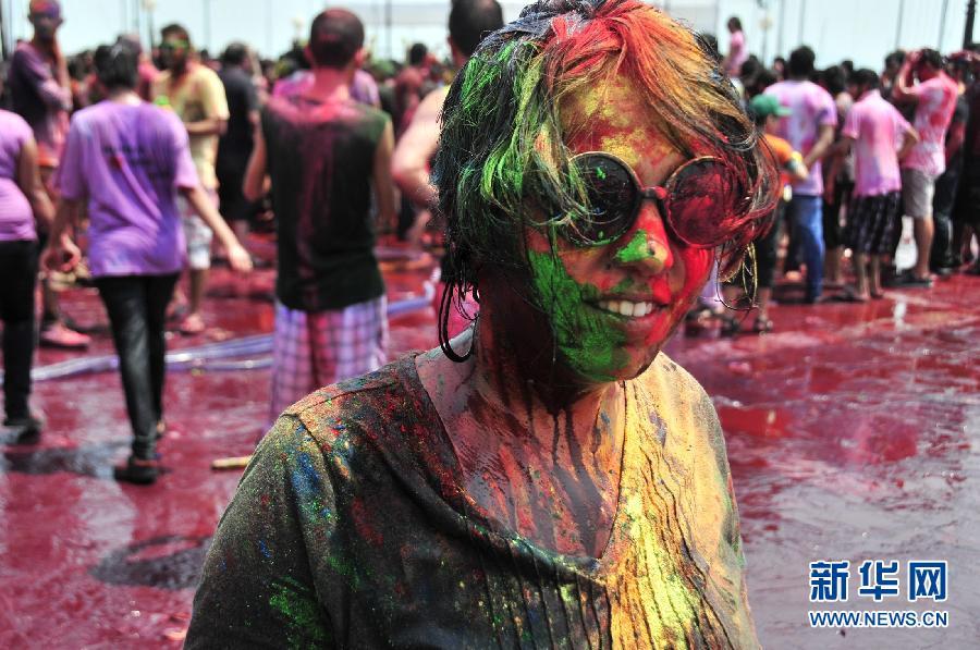 动的女子身上涂满颜料