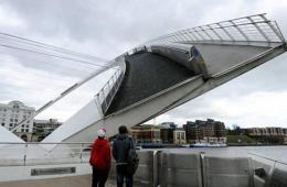 英国纽卡斯尔千禧桥因技术故障卡在半空