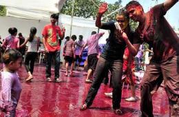 印度孟买民众互相涂颜料庆祝洒红节