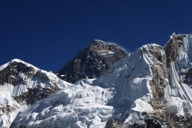 尼泊尔欲在珠峰危险地带装梯子方便人们登顶