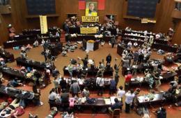 """上千台湾学生霸占台""""立法院""""议场静坐抗议"""