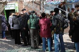 克里米亚乌克兰银行柜台停业 民众取款机前排队取款