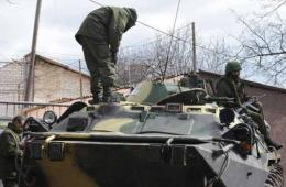 俄军神秘武装现身克里米亚首府所有乌军基地附近