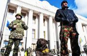 乌克兰自卫军带狗守卫基辅议会