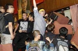 """台学生攻占""""立法院"""" 与警方爆发激烈冲突"""