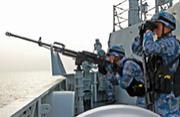 我护航化武054A舰士兵高度警戒