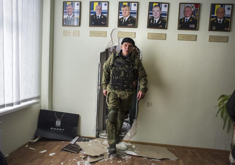 亲俄武装穿墙强入乌海军总部